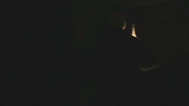 Viejo abuelo es un cuarto oscuro con una lámpara de queroseno. Miedo de  fantasmas en la noche.