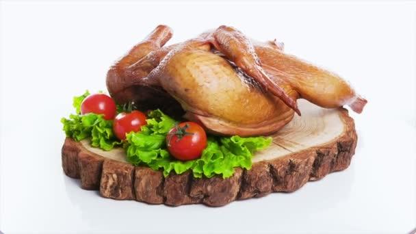 Pečené kuře se zeleninou, na dřevěný stůl