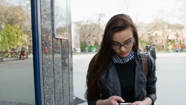 Giovane bella donna castana, toccare telefono intelligente