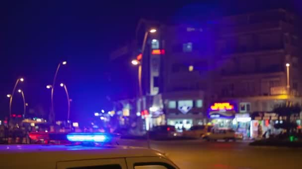 policejní auto na ulici v noci