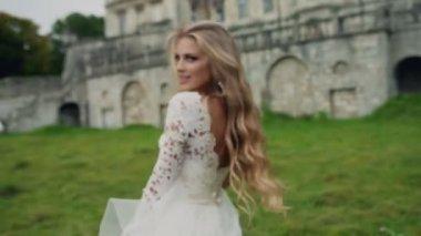 74de1d85b47 Dynamische Video von einer schönen Blondine in weißen Kleid mit langen  Haaren. Sommer schöne Aufnahmen