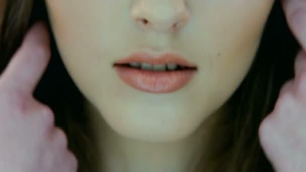 Porträt von schöne junge Frau Gesicht hautnah. isoliert auf grauem Hintergrund. Porträt einer weiblichen Modell