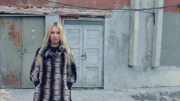 Fashion shot krásná světlovlasá žena přesune ostře na kameru a nosí šperky a kožešinové srsti
