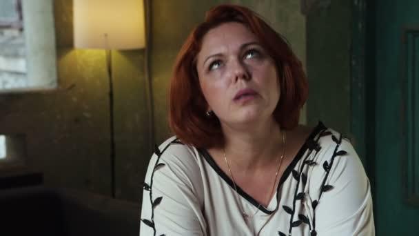 Dospělé ženy ve stresu doma pláče u stolu