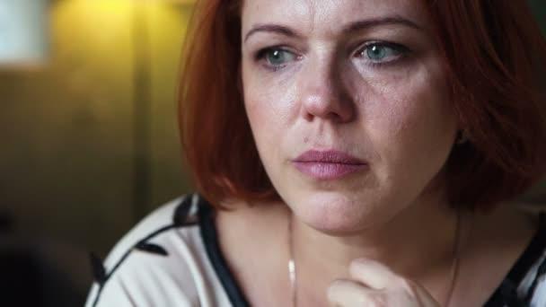 Dospělé žena pláče. Tvář blízko