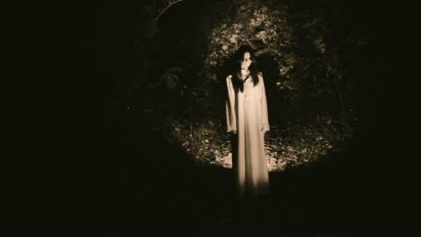 Zjevení ducha ženské v mystickém lese