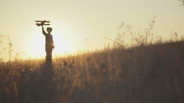 Dítě drží nevelkým na pozadí sunset