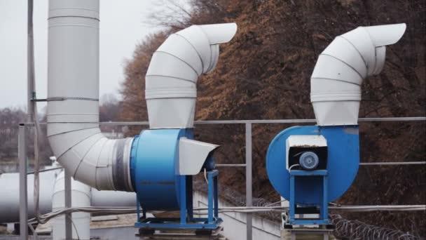 Dva ventilační potrubí v lese
