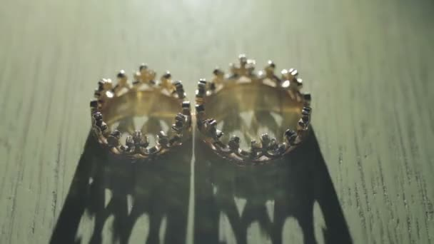 Wedding rings in a crown - light effects