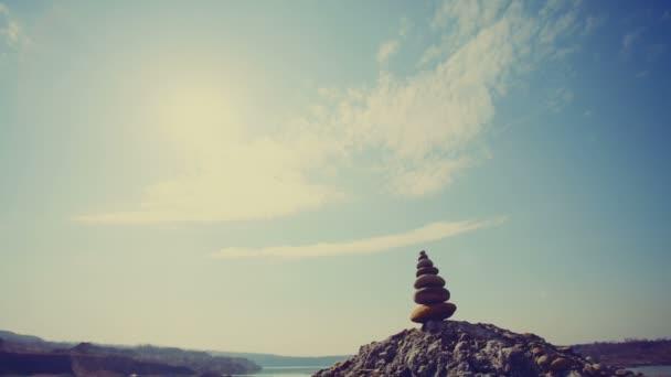 Dolly Motion: Kameny rovnováhu, oblázky zásobníku modré moře