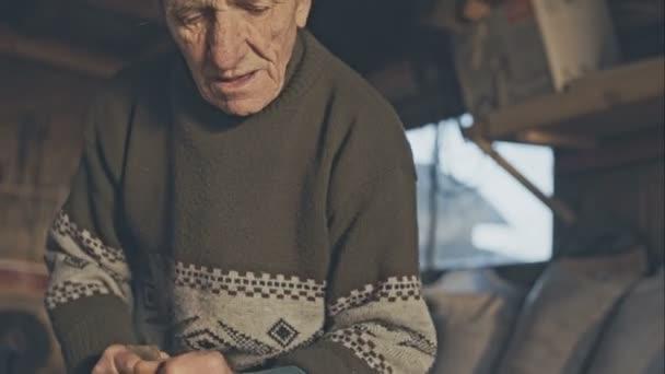 Lavorare Il Legno Grezzo : Vecchio nonno falegname con vecchie mani in studio a lavorare su