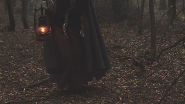 Fiatal lány egy lámpás régi erdei vándor. Gótikus jelenet a filmből