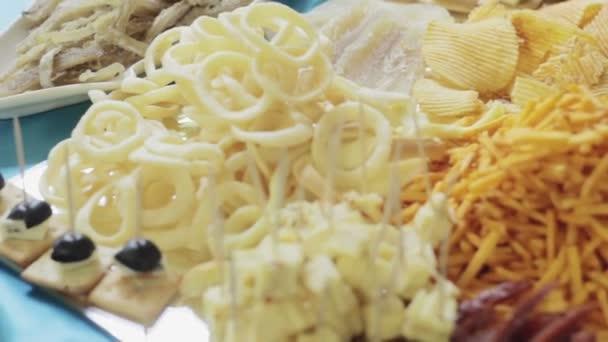 Různé druhy lahodných sýrů zblízka