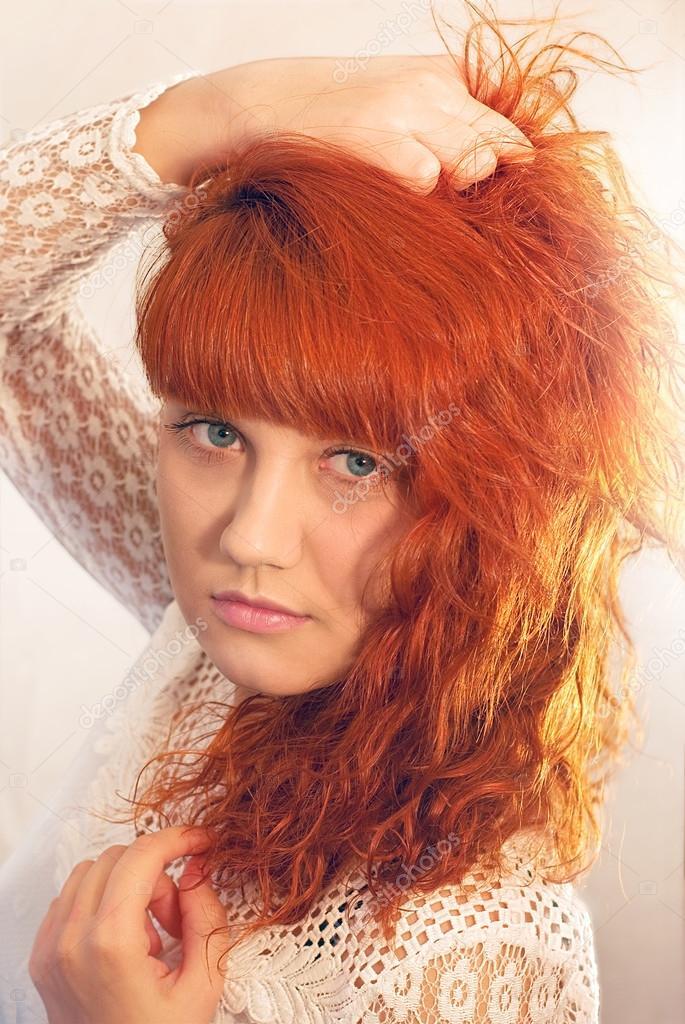 Das Mädchen Mit Blauen Augen Und Braune Haare Trägt Eine Weisse