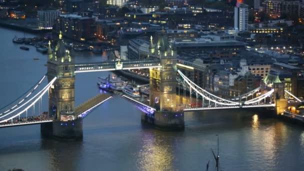 Věž most na řece Temži v noční světla