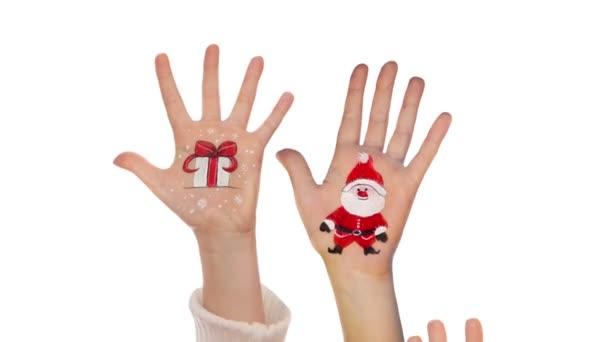 A Mikulás és a karácsony jelen festett képekkel felemelte kezét