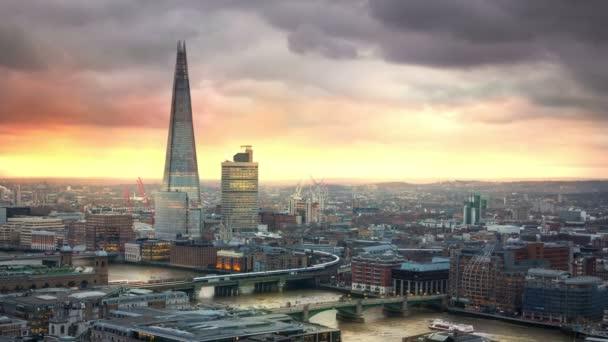 Londýn, Velká Británie - 27 ledna 2015: City of London, Temže a střep při západu slunce