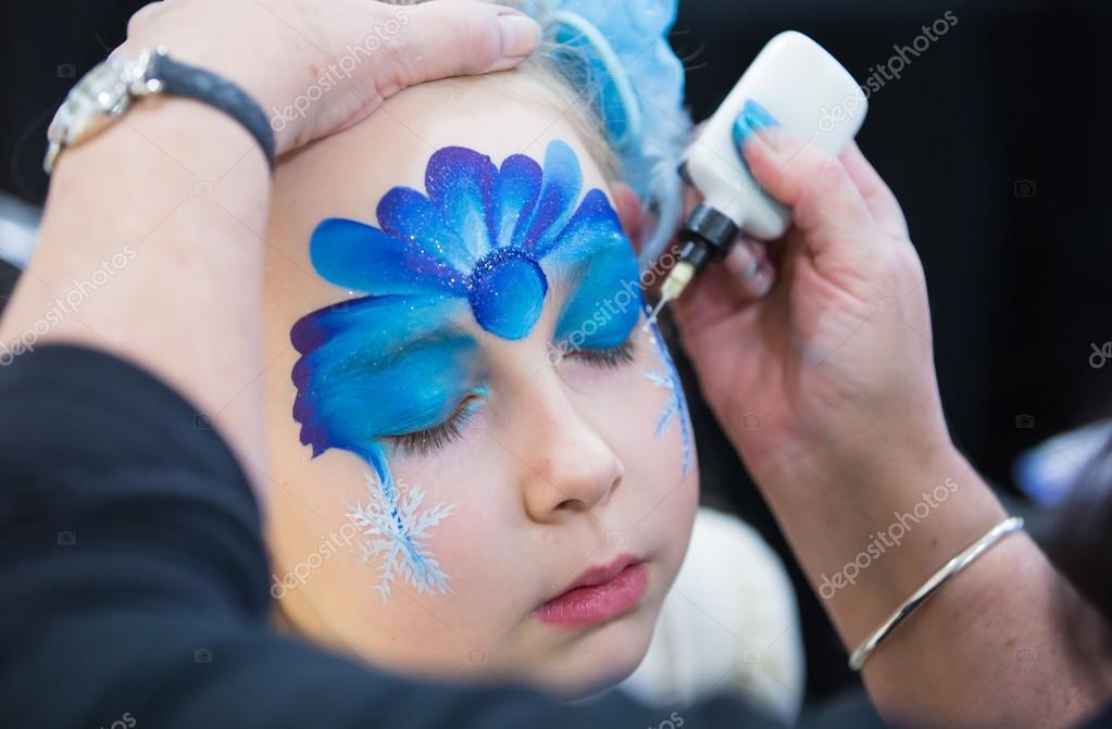 Maquillage Noël, Portrait de fillette au cours de la session de peinture de  visage \u2014 Image de irstone