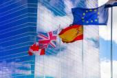 Madrid, Španělsko - 22 července 2014: Mezinárodní příznaky proti moderních mrakodrapů