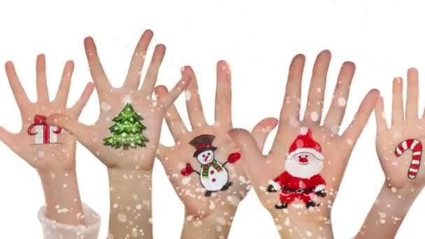 Dětské ruce pozvedá s malované vánoční symboly: Mikulášské, vánoční strom, sněhulák, představují pole