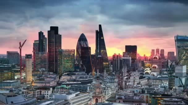 Londýn, západ slunce. Londýnská city view obchodní a bankovní árie