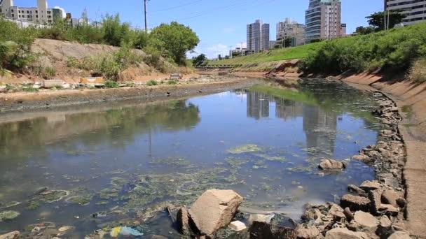 salvador, bahia, brasilien - 6. januar 2021: blick auf den Rio Camurugipe kanal in der stadt Salvador. Der Fluss erhält Abwasser und wird nach Pituba Beach geworfen.