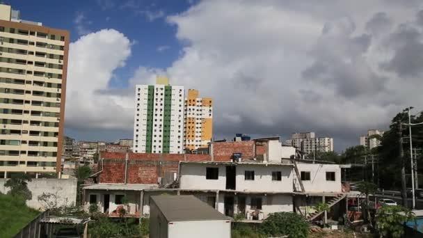salvador, bahia, Brazílie - 8. ledna 2021: lidé a vozidla projíždějí kolem budov obytného domu v sousedství Cabuly, v Salvadoru.