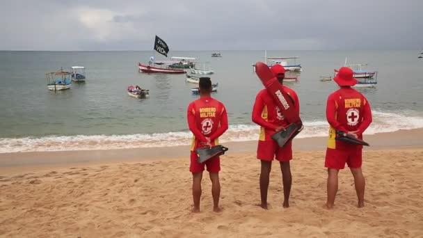 Salvador, bahia, brazil - 2021. február 2.: a Rio Vermelho strandon vízimentők láthatók az orixa Yemanja, Candomble entitás tiszteletére rendezett partin Salvadorban.