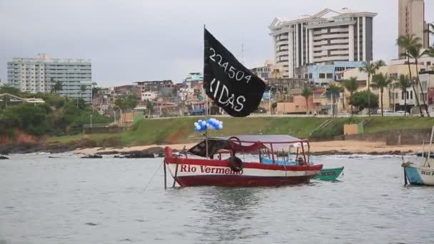 Salvador, bahia, brazil - 2021. február 2.: tiltakozás a 224,504-es corona vírus általi haláleset miatt, egy partin, melyet Orixa Yemanja, Salvador város halászkolóniájának Candomble entitása tiszteletére rendeztek..
