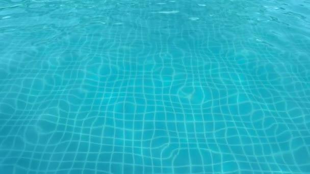 elvont kristálytiszta kék víz és hullám a medence úszás utazás nyáron és frissítő és sport háttér lassú