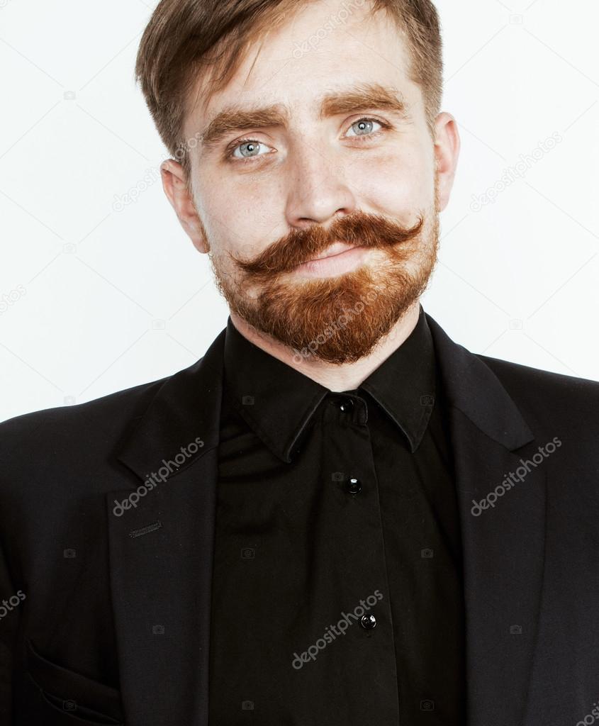 Fabuleux jeune cheveux roux avec la barbe et la moustache en costume noir  AQ59