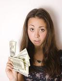hübsche junge brünette Frau mit Geld Bargeld isoliert