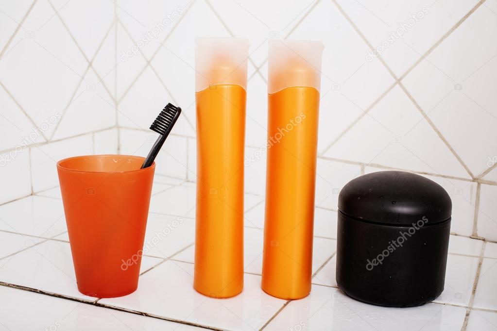 gebruikelijke spullen in de badkamer, shampoo — Stockfoto © iordani ...