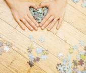 malé dítě hraje s puzzle