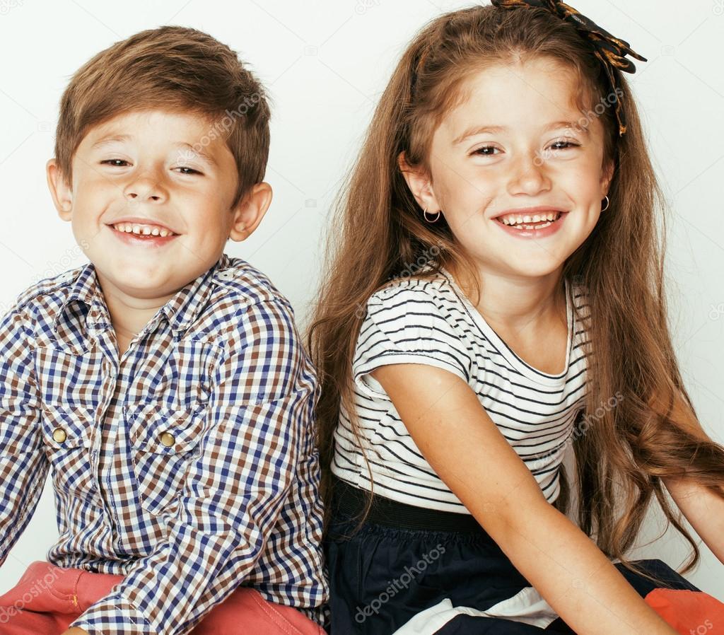 Bebe Jumeau Fille Garcon : Mały fajny chłopak i dziewczyna przytulanie grając na