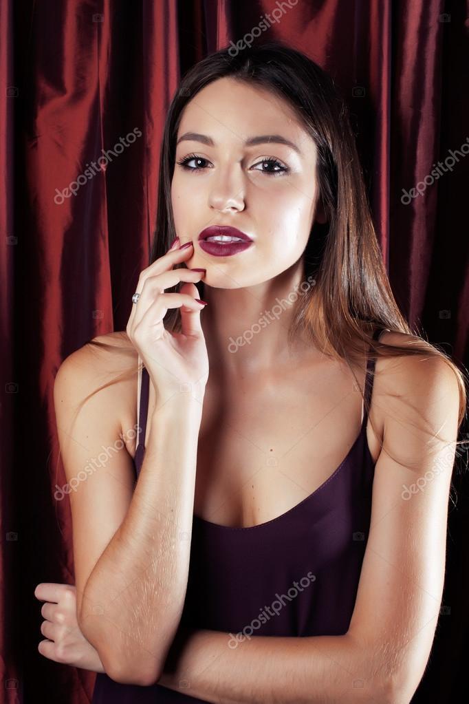 Junge ziemlich stylish Frau Schick gekleidet im roten Vorhang bereit ...