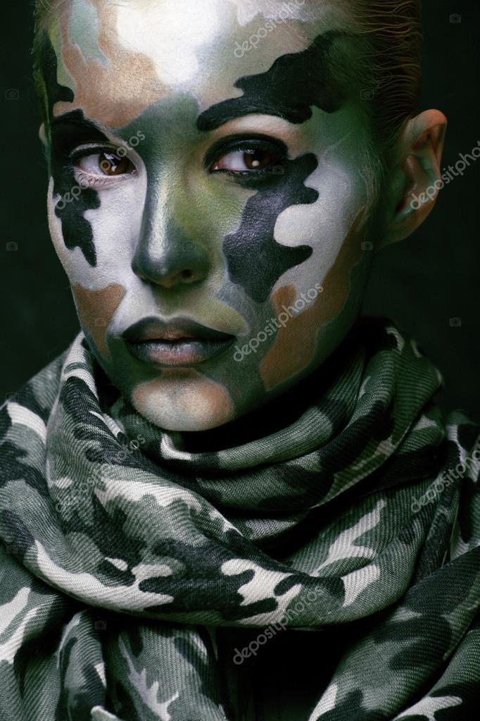 Belle jeune mode pour femme avec style militaire vêtements et le visage  peinture maquillage, couleurs