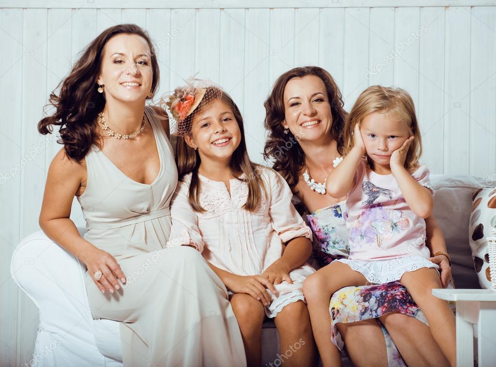 mature soeurs jumeaux la maison avec la petite fille heureuse famille photographie iordani. Black Bedroom Furniture Sets. Home Design Ideas