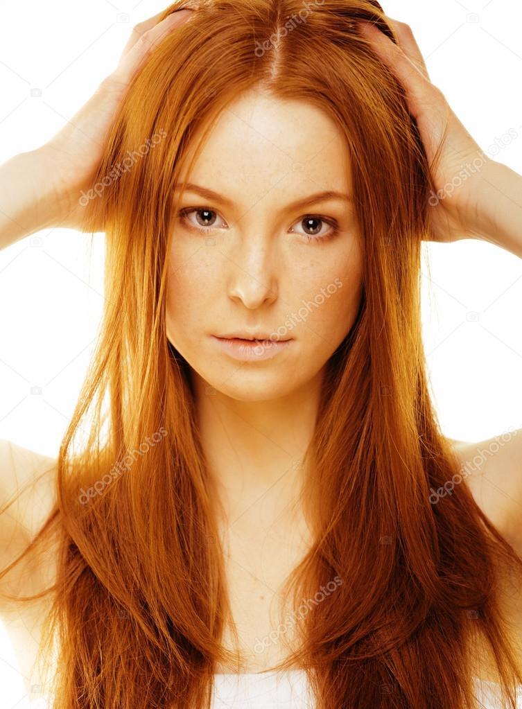 Bellezza giovane donna con i capelli rossi isolati — Foto ...