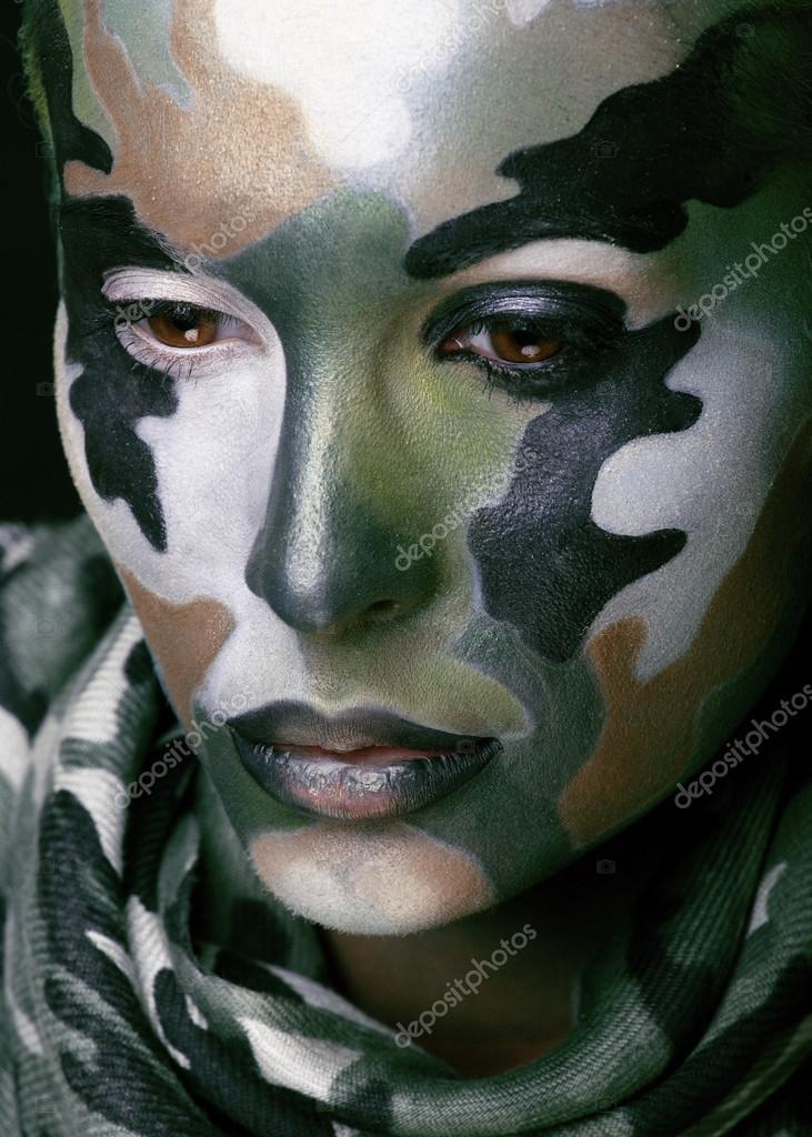 Güzel Genç Kadın Ile Askeri Tarzı Giyim Ve Yüz Boyama Makyaj Haki
