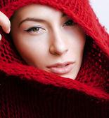 mladá hezká žena v svetr a šátek celé její tvář
