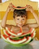 Chlapec s meloun slupky