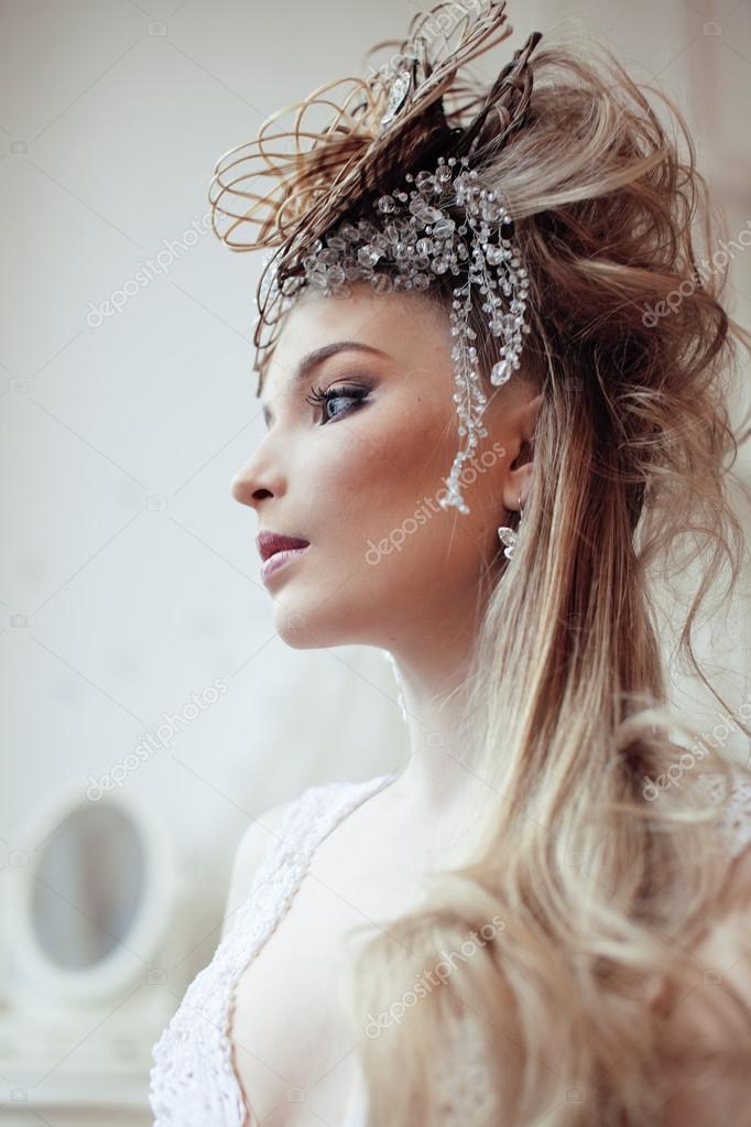 Noiva Retr Brilhante Em Interiores De Luxo Com Penteado Elegante