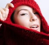 mladá hezká žena v svetr a šátek po celém obličeji, zima zima
