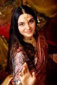 Fotografie süße echtes indisches Mädchen Schönheit in Sari lächelnd auf schwarzem Hintergrund hautnah inosent