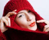mladá krásná žena v svetr a šátek celé její tvář, chladu v zimě zblízka