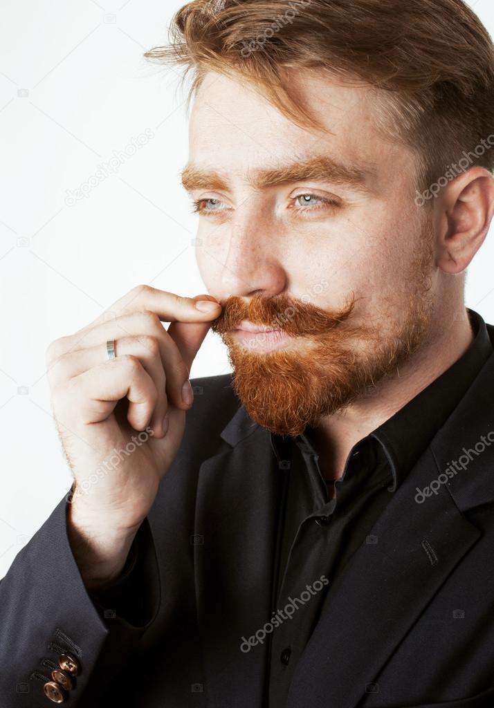 Bien connu homme jeune cheveux roux avec la barbe et la moustache en costume  LD72