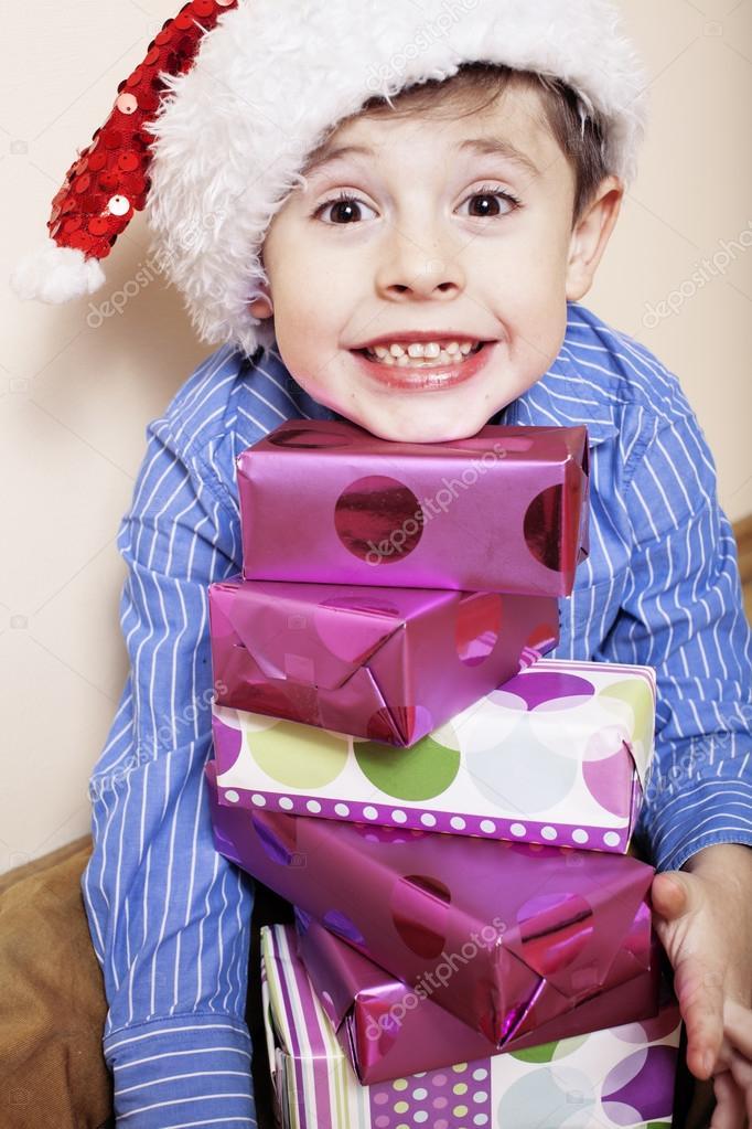 kleine süße junge mit Weihnachtsgeschenke zu Hause. emotionale ...
