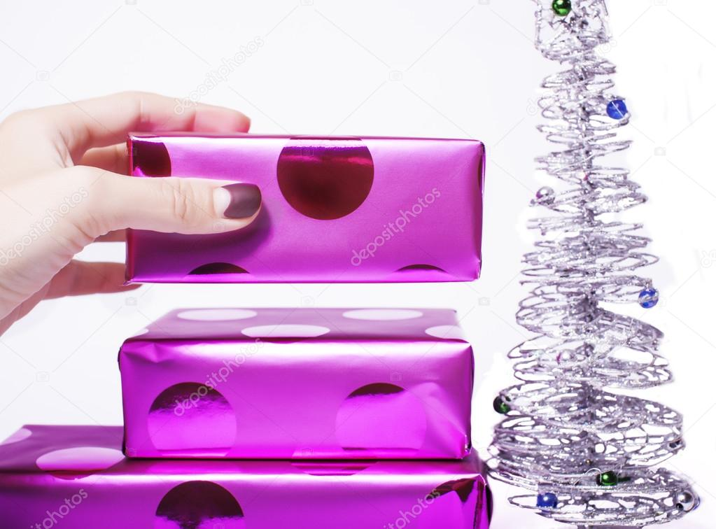 Frau gepflegten Hand setzen Weihnachtsgeschenk Haufen von lila ...
