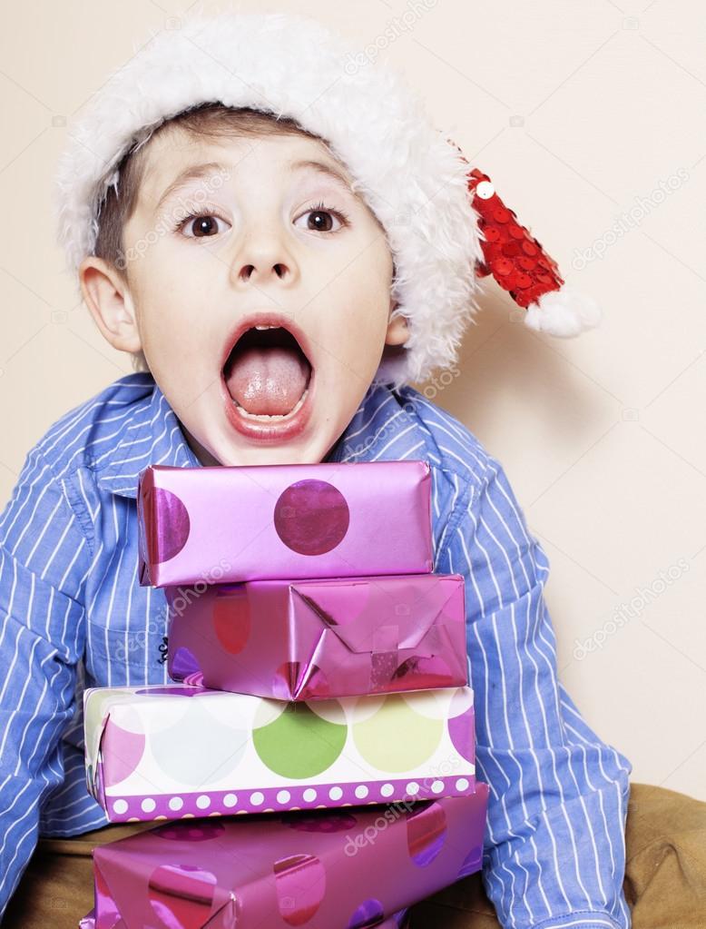 kleine süße junge mit Weihnachtsgeschenke zu Hause. Nahaufnahme der ...